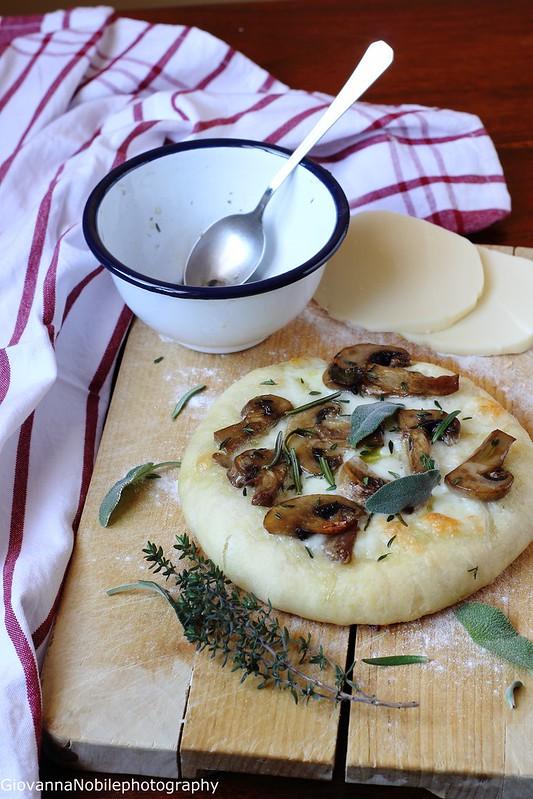 Pizza con provola silana e funghi champignon 11