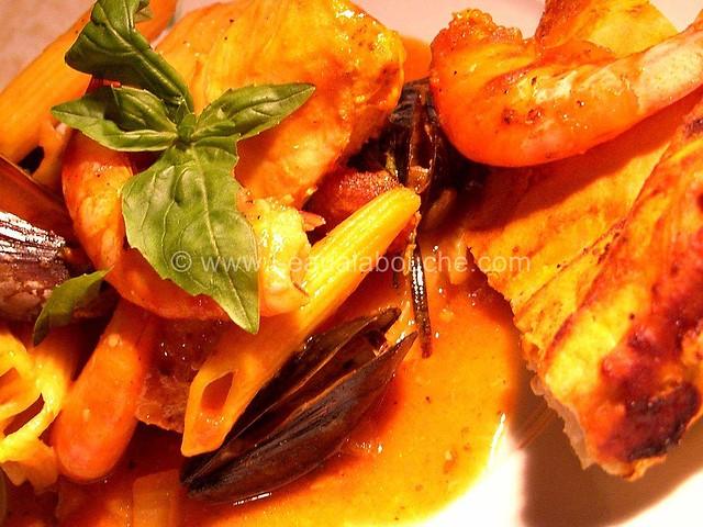 Penne Saumon Moules Crevettes Croûte de Pain  © Ana Luthi  002