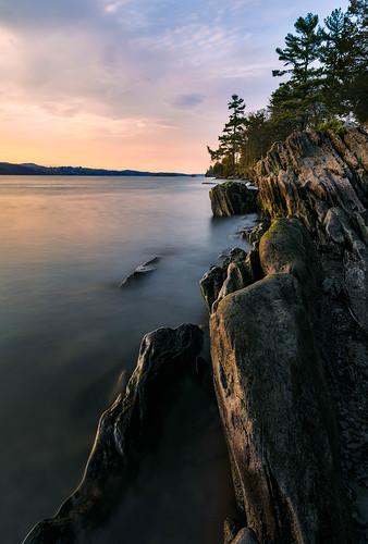 longexposure staatsburgny sunset river waer newyork shoreline hudsonriver rocks vanderbiltmansion hudsonvalley