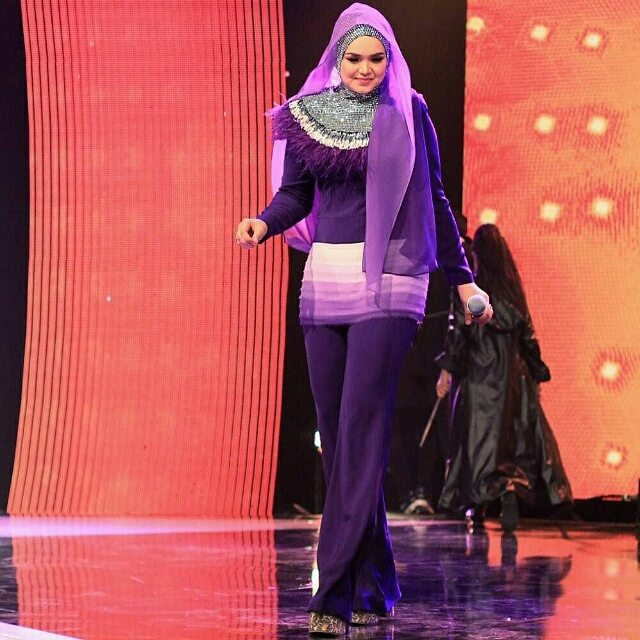 #Repost @rizmanruzaini ・・・ DATO SITI NURHALIZA wearing a custom purple ombre top and pants #rizmanruzaini Thank you @ctdk cc @rozisangdewi #photographby @shafiqshahar @syncimages