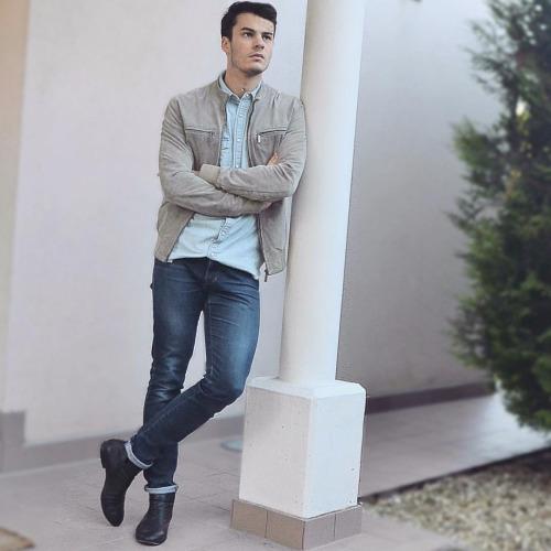 ライトグレースエードブルゾン×ダンガリーシャツ×デニムパンツ×黒ブーツ