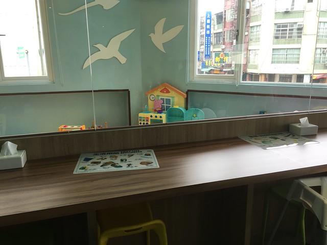 靠近遊戲區的用餐位置,大片玻璃也方便另一頭用餐的爸媽站起來就可以張望到自己小孩的狀態@Young Lion 親子餐廳,高雄三民區