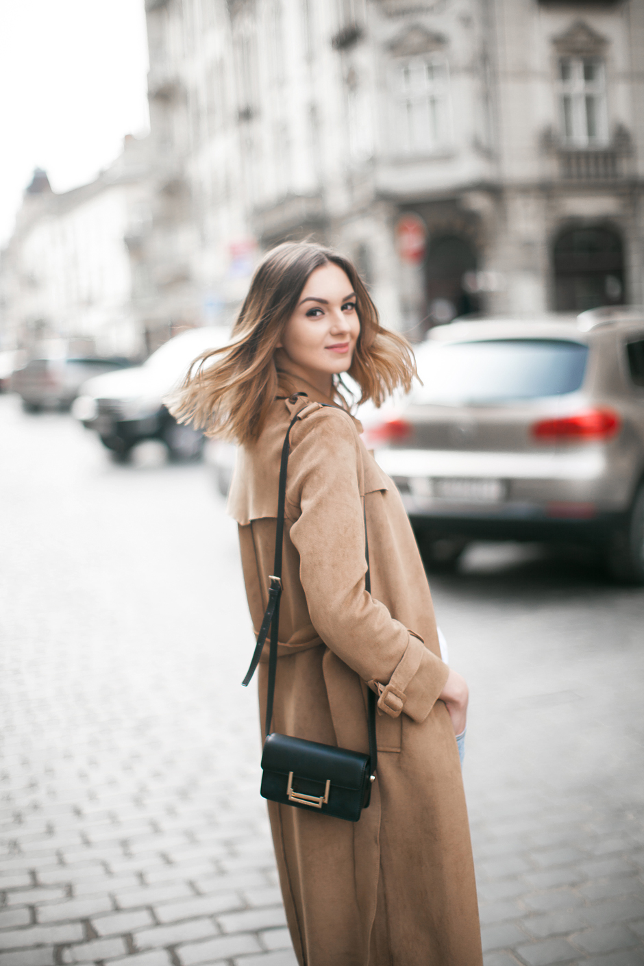 suede-trench-coat-outfit-look
