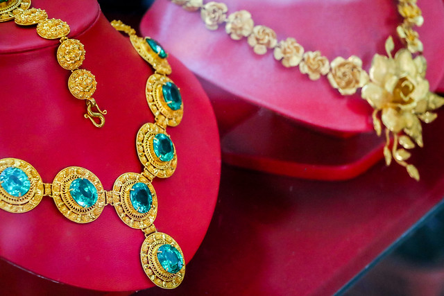 Gorgeous jewelries in Talat Phosi market, Luang Prabang, Laos ルアンパバーン、タラート・ポーシー市場のゴージャスなジュエリー屋