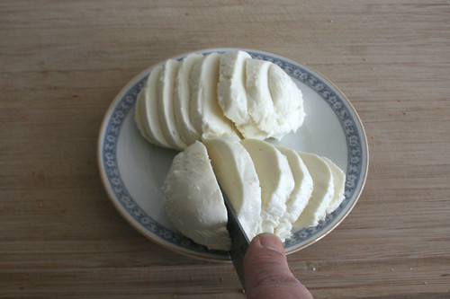 21 - Mozzarella in Scheiben schneiden / Cut mozzarella in slices