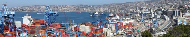 Impossible de manquer l'immense port de Valparaiso