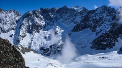 Droga podejścia do schorniska Adele Planchard. W oddali szczyty Barre des Écrins 4102m i Dôme de neige des Écrins 4015m
