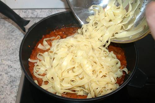 38 - Nudeln zu Sauce geben / Add noodles to sauce