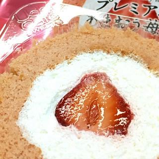 プレミアあまおう苺のロールケーキ!この季節か来ましたなあ、という感じ。感慨深い。 #ローソン #lawson #スイーツ