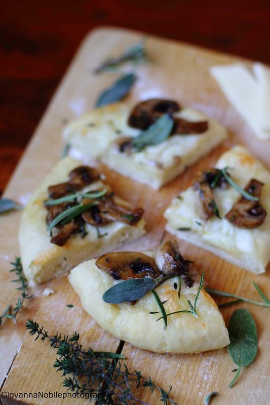 Pizza con provola silana e funghi champignon 15