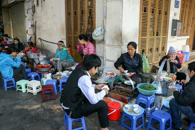 People having breakfast, Hanoi old city, Vietnam ハノイ旧市街、露店で朝食を食べる人々