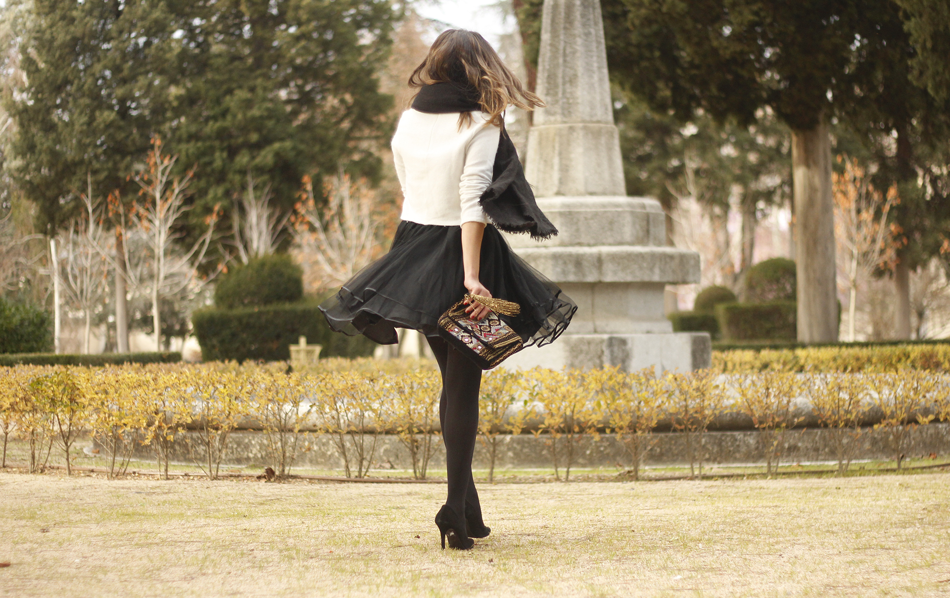 black tulle skirt white sweater black scarf outfit heels19