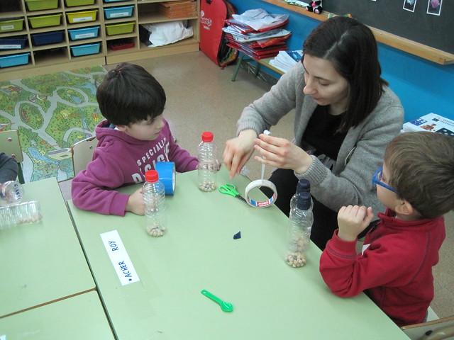 taller de maracas en la clase de 4 años