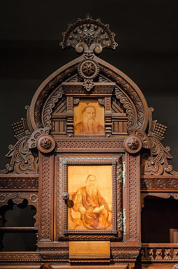 Bookcase Leo Tolstoy 02
