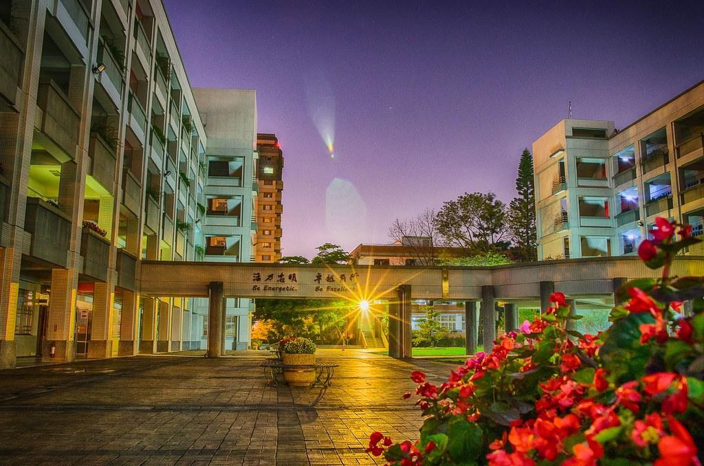 越夜越美的校園