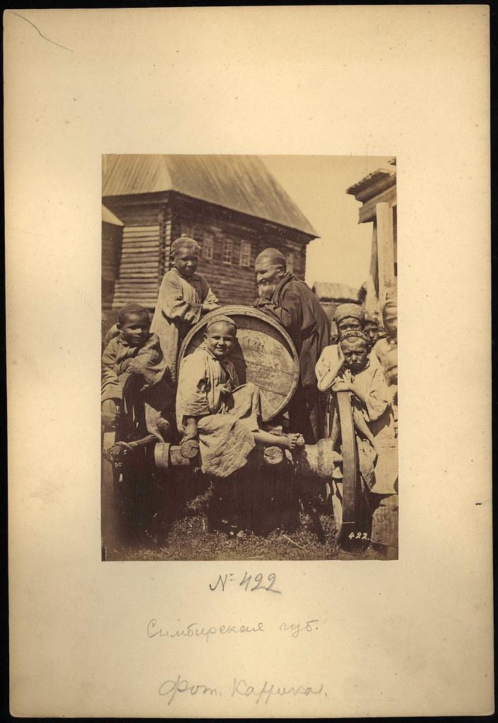 Каррик В.А., (Татары?) Крестьянские дети у бочки-водовозки, 1870-е