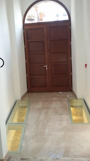 Le vetrate nella pavimentazione mostrano alcuni rilevament della pavimentazione originale (1)