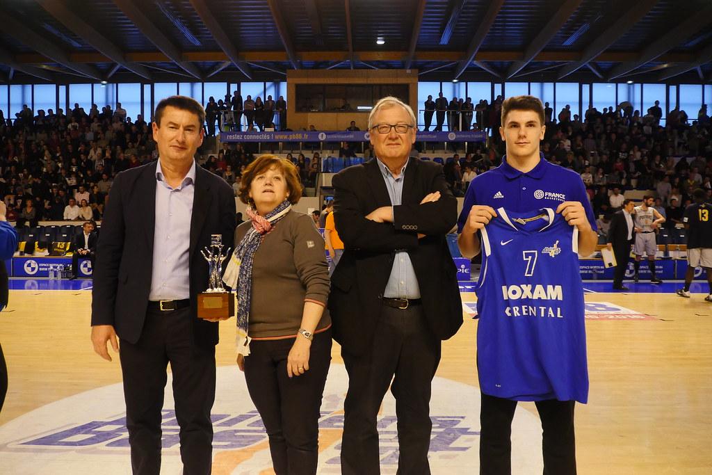 M.Bordonneau, le président du club, remet son maillot minime du PB à Yanik Blanc, et remise d'un trophée pour le coach de l'EDF U17 Frédéric Crapez par la Région, co-parrain du match