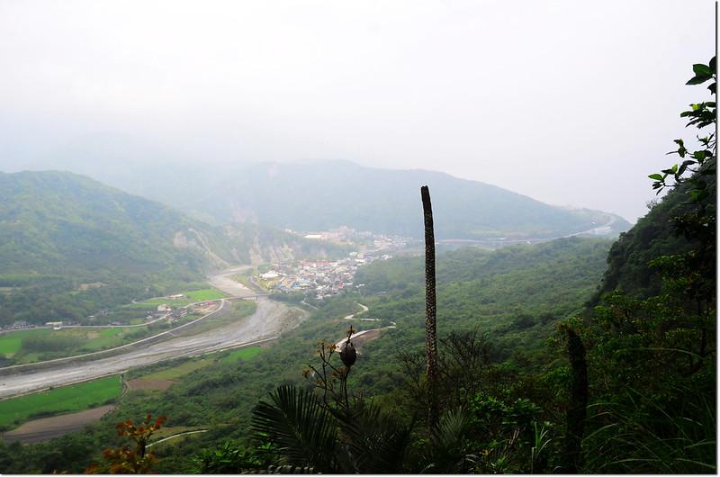 登貓公山途中俯瞰豐濱及八里灣溪