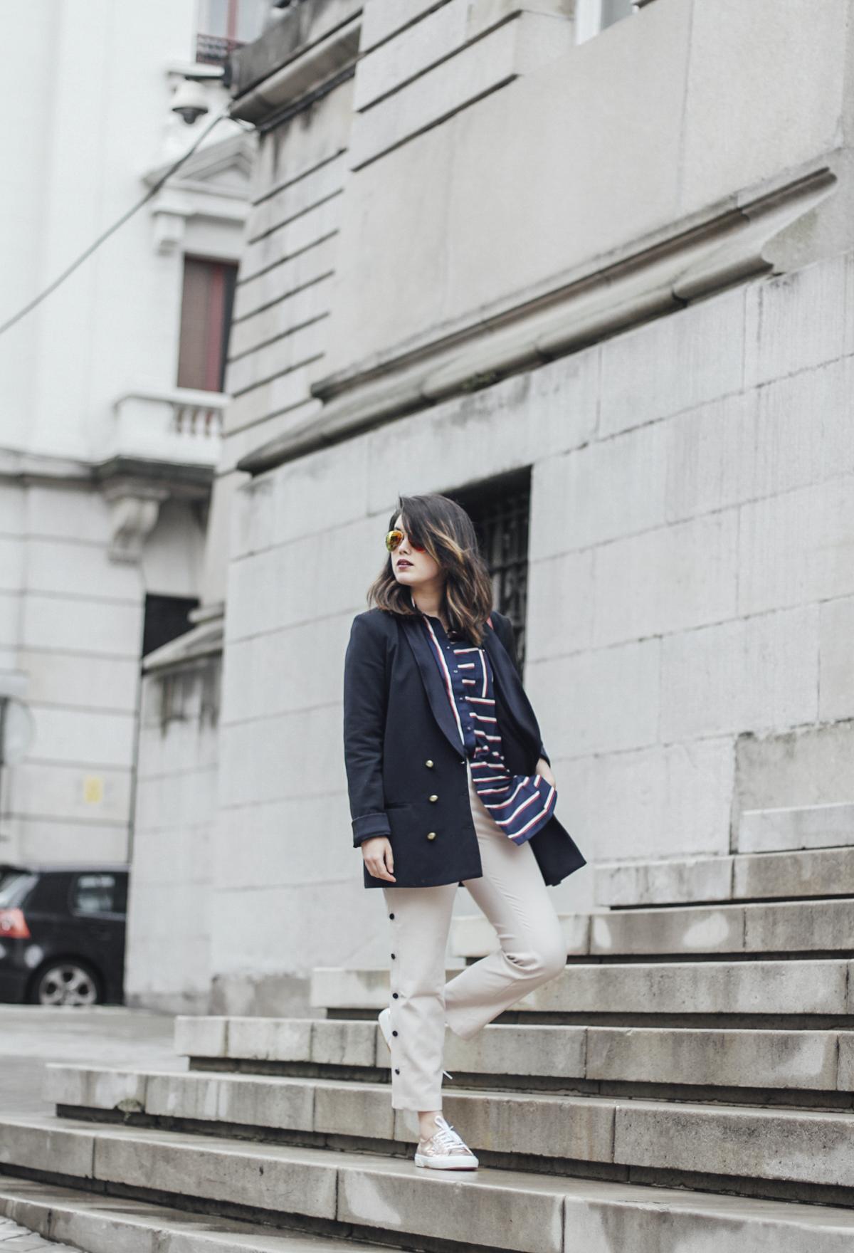 blusa de rayas azul marino asos pantalon beige de traje bolso metropolis furla gafas espejo streetstyle superga oro rosa leztin street 10
