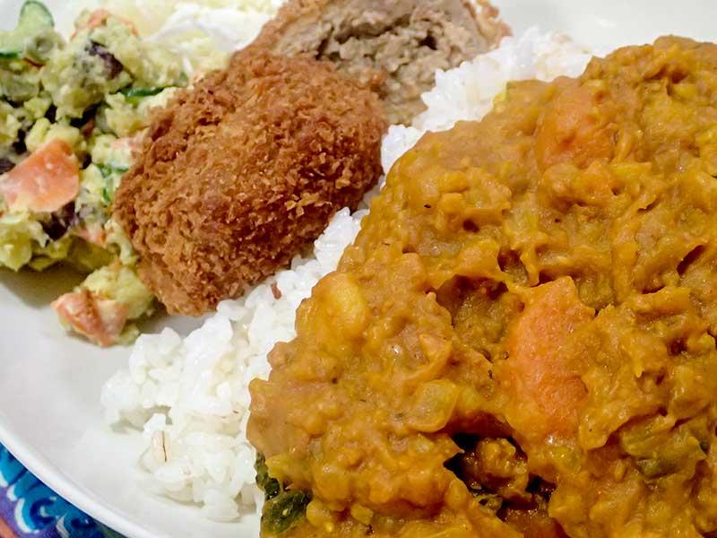 野菜カレーとメンチカツとサツマイモのサラダ