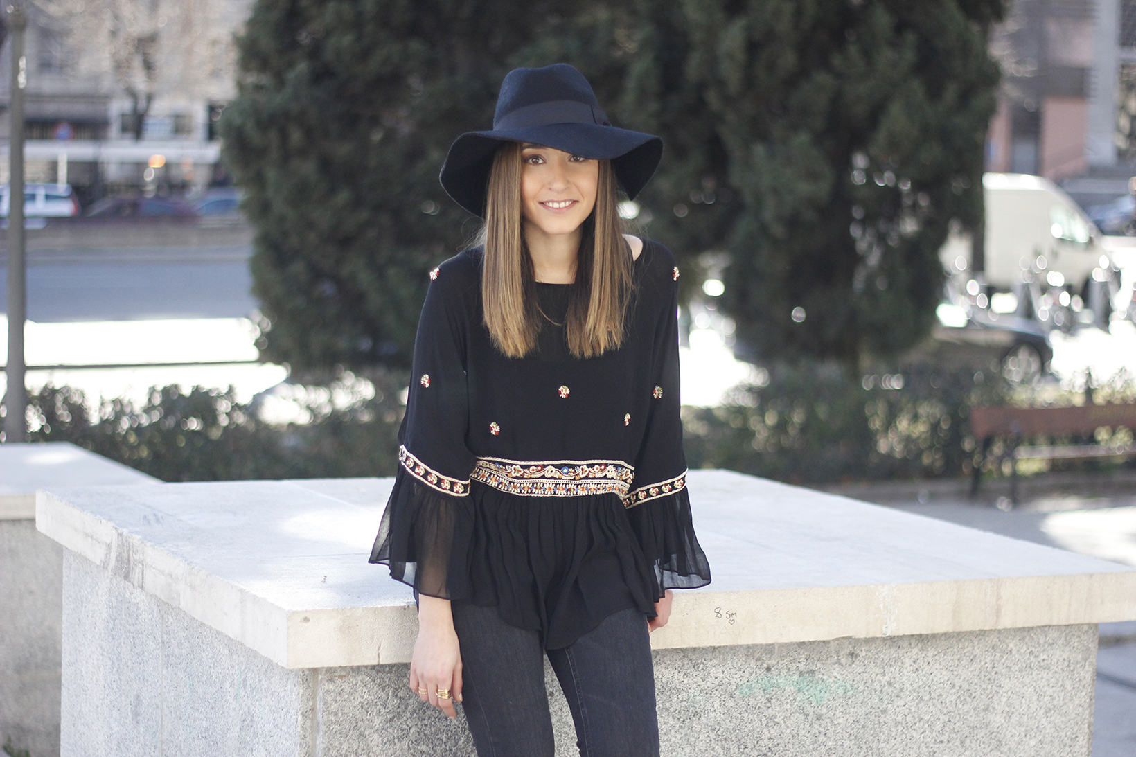 flared jeans boho blouse hat accessories outfit fashion08