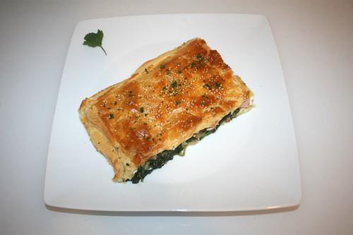 26 - Puff pastry stuffed with spinach & feta - Served / Blätterteig mit Spinat-Feta-Füllung - Serviert