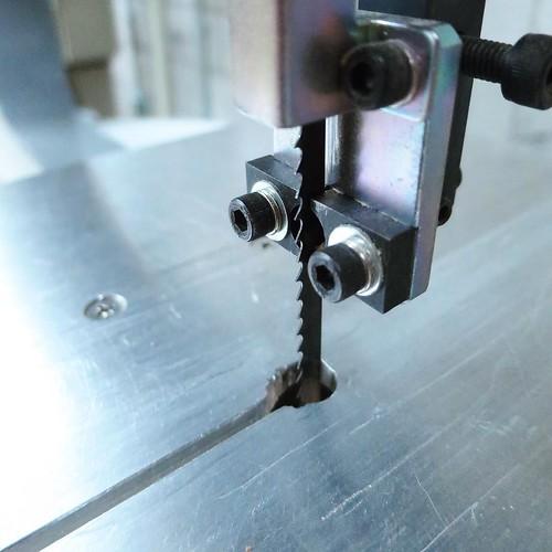 バンドルソーだっけ指とか簡単に切れるやつ気をつけて #makersbase