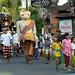 Ein Prozessions-Ritus am Abend auf der Heimfahrt; Bali, Indonesien (1)