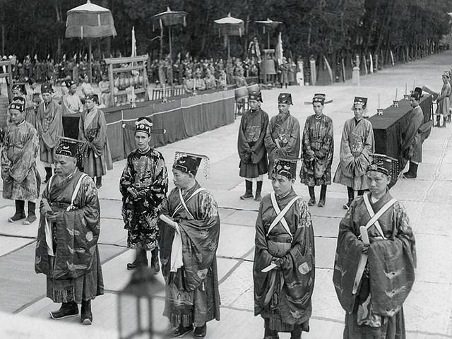 1939 Les mandarins Bồi Tự sur l'esplanade du Nam Giao