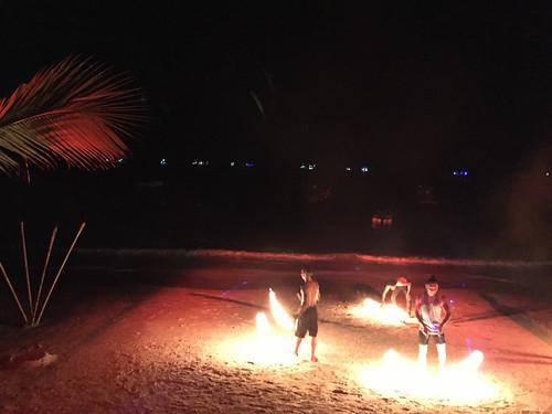 Und haben uns die übliche Feuershow am Strand angesehen