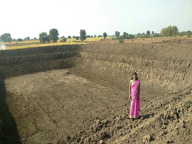 अपने तालाब पर महिला किसान
