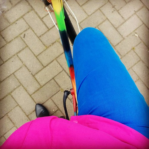 Dat ik ooit per se een roze regenjas wou om op te vallen in het geval van in een ravijn vallen enzo. #coloryourlife #opdefiets