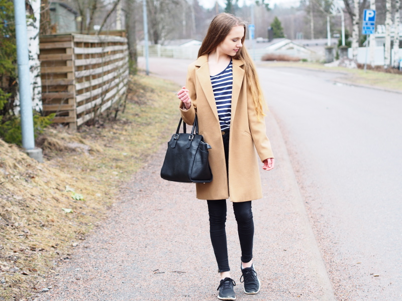 Sporty casual look with a camel coat and a pair of Nike trainers