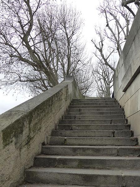 escalier sur les bords de seine