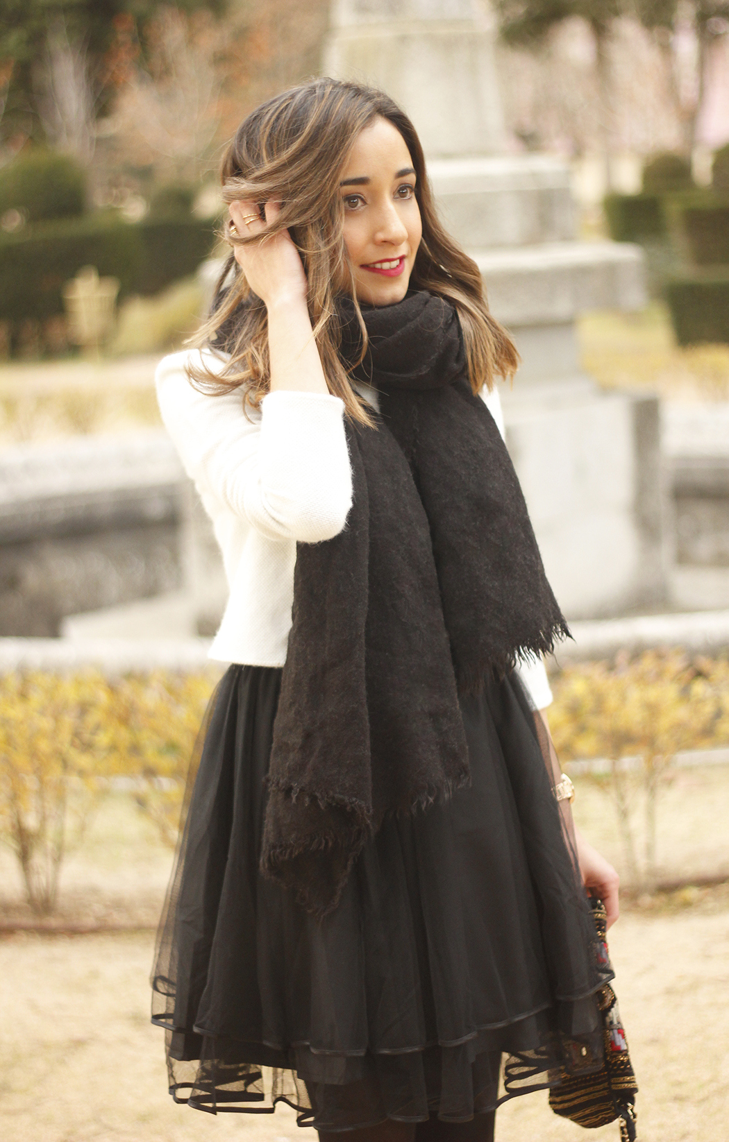 black tulle skirt white sweater black scarf outfit heels05