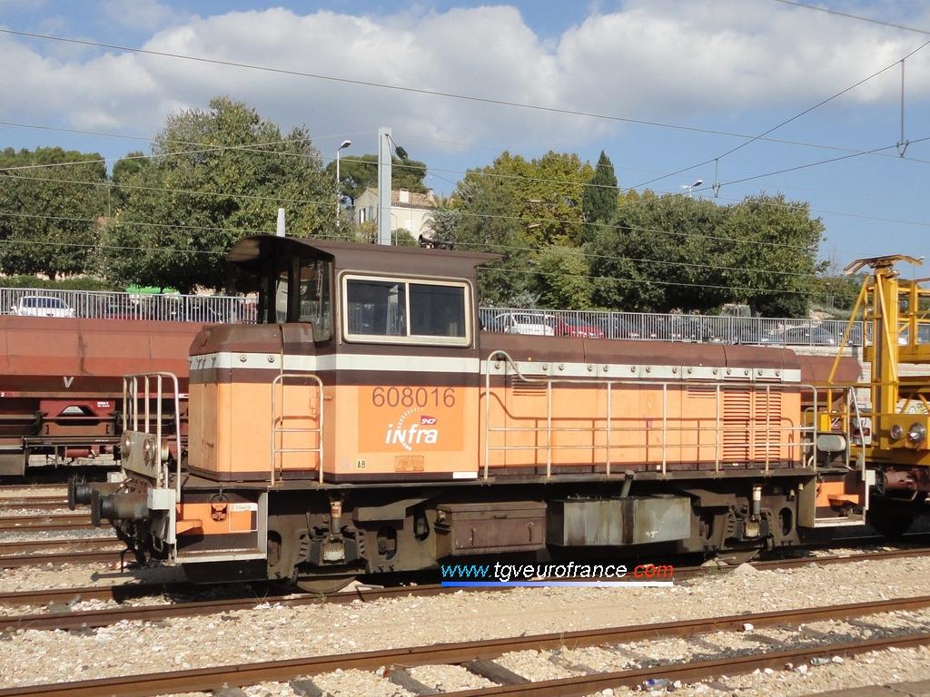 Le locotracteur Moyse Y8016 de SNCF Réseau en livrée Arzens en gare d'Aubagne