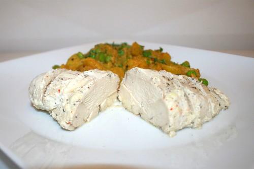 41 - Ginger chicken poached in yoghurt with curry cocos potatoes - Side view / Joghurtpochiertes Ingwerhuhn mit Curry-Kokos-Kartoffeln - Seitenansicht