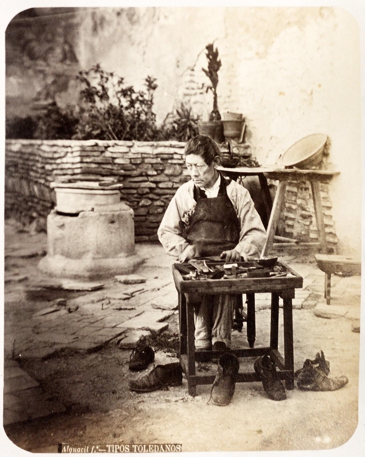 Zapatero en un patio de Toledo hacia 1879. Álbum de la National Gallery con fotos de Casiano Alguacil.