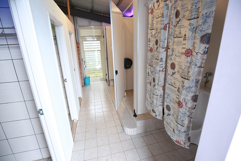 左邊是浴室,右邊是廁所