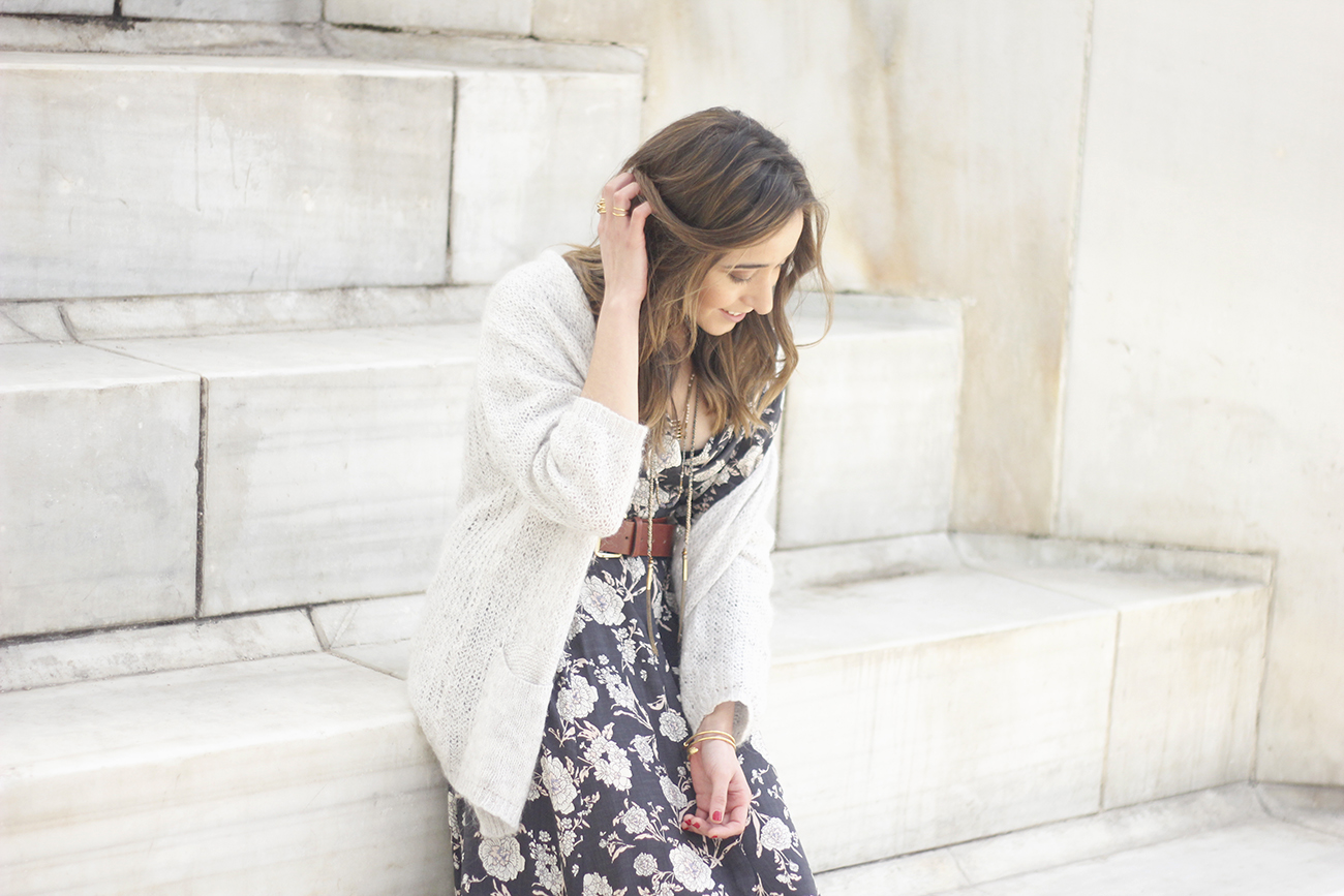 Maxi dress with floral print nude sandals beige cardigan outfit06