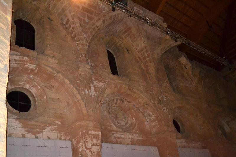 Los arcos ojivales de los muros son de finales del siglo XVI y se hicieron para no desentonar con los arcos del periodo anterior.