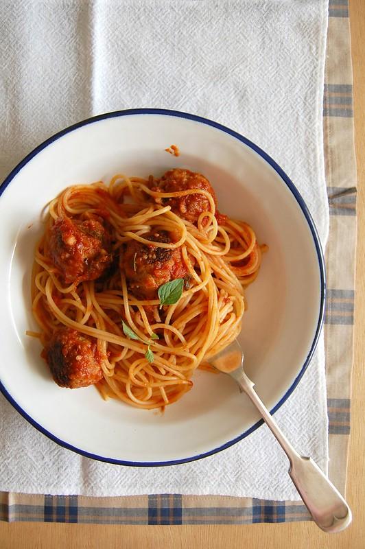 Spaghetti with meat and aubergine balls / Espaguete com almôndegas de carne e berinjela