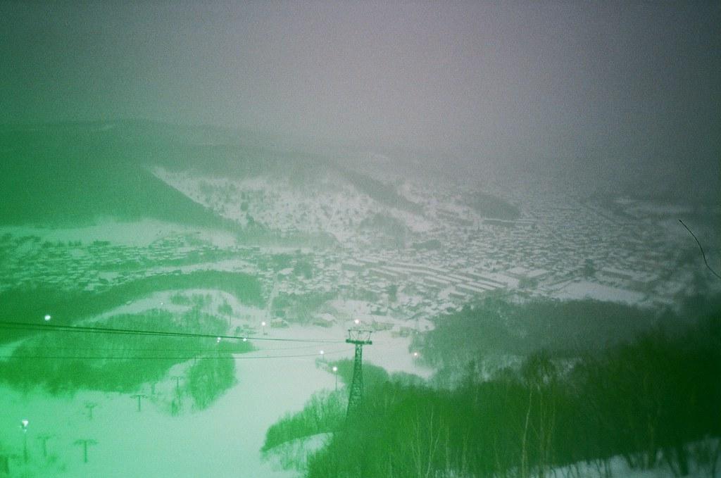 小樽 天狗山 Otaru Japan / Revolog Kolor / Lomo LC-A+ 2016/02/03 一路走上去小樽天狗山,我只記得好冷好冷。  天狗山是一個滑雪場,我看著滑雪道好陡,我好害怕雪突然鬆掉我就滾下去搭纜車上來的地方。  想要拍夜景,但外面真的好冷,我就又躲回去遊客中心等天黑,本來想要喝熱的咖啡牛奶,結果按成冰的!  站在屋頂上拍照,那時候突然雪越下越大,有點不知道自己為什麼又跑來很遠的地方,然後看著遠方大哭!  走回纜車的路上迎面而來的雪好冰,在我臉上一下子就融化了,這時才發現,在這麼冷的地方哭,臉上的眼淚是不會結冰的。  Lomo LC-A+ Revolog Kolor 8270-0031 Photo by Toomore