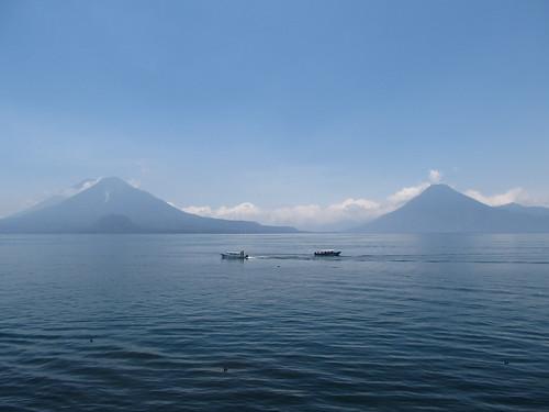 Panajachel: le lac Atitlán et ses volcans. Les volcans Atitlán et Tolimán (à gauche) ainsi que le volcan San Pedro (à droite).