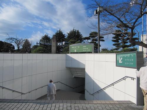 中山競馬場の正門とけやき公苑の地下通路