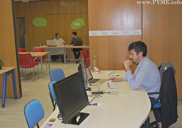 Paulino Villar, trabajando en su puesto de Tierra Coworking.