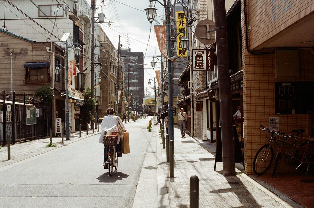 祇園四条 / Kodak ColorPlus / Nikon FM2 2015/09/27 在準備前往白川通的路上先去寺町通,那時候我記得天氣很好,前一天晚上還在下雨。  我記得我走了一段路,一路上有暖暖的陽光,慢慢的邊走邊拍。  現在想想,京都很適合悠閒的生活。  Nikon FM2 Nikon AI Nikkor 50mm f/1.4S Kodak ColorPlus ISO200 0985-0024 Photo by Toomore
