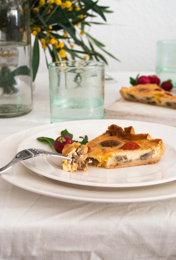 Quiche de cebolla confitada, tomates cherry y champis