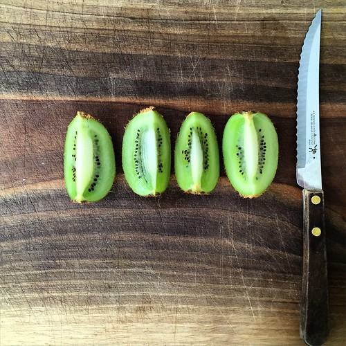 What is the best way to eat kiwi fruit?